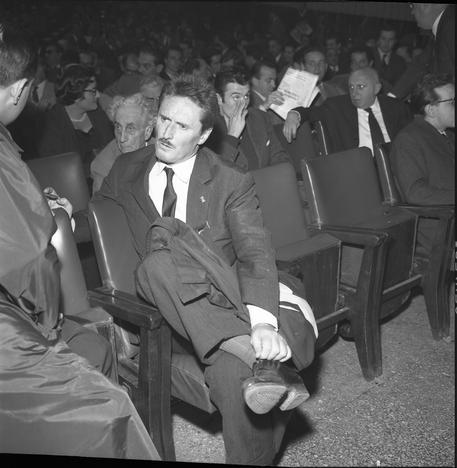 Assemblea dei lavoratori del cinema al cinema Corso. Il regista Pietro Germi, Roma, circa 1960. ANSA