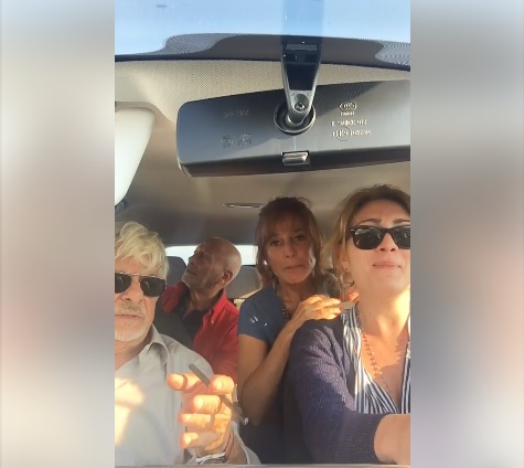 """Giuliana De Sio e Giancarlo Giannini (e altri due amici) cantano in auto """"Storia d'amore"""""""