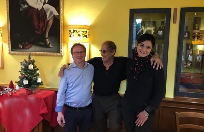 """Adriano Celentano coi proprietari del ristorante """"Pentola d'Oro"""" di Sesto San Giovanni"""