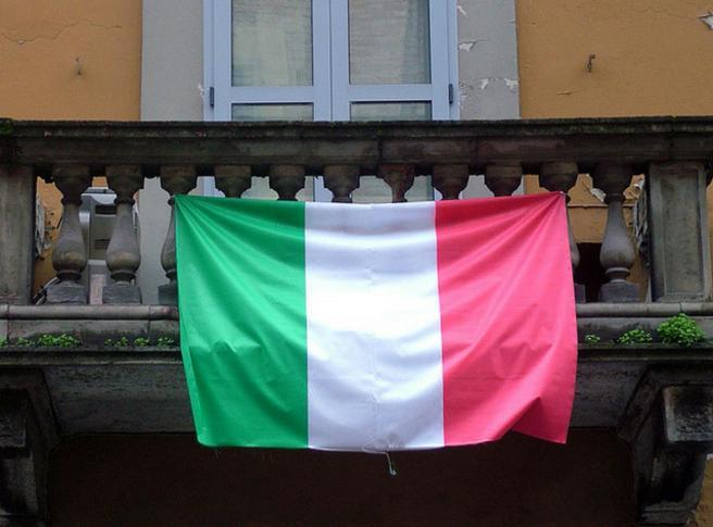 bandiera italiana appesa ad un balcone